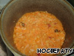 In the cauldron with hot oil place onion, carrots and pepper, simmer on medium heat until onions and carrots are soft.
