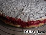 По истечении времени вынимаем пирог и сразу же осторожно освобождаемся от разъёмного кольца. Даём остыть.