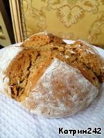 Выпекать до готовности 45-50 минут при температуре 180 градусов. Корочка будет сухой и твердой, но когда хлеб остынет, станет мягче. Остужать хлеб на решетке.   Хлеб можно нарезать и заморозить. Разогревать в микроволновке.