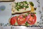 Выкладываем мелко нарезанный зеленый лук и кружочки помидора.