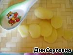 Картофель очищаем и нарезаем кружочками.