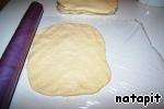 Разделить тесто на четыре равных части, расправить в лепёшки и, обернув пищевой плёнкой, отправить «отдыхать» на 24 часа в холодильник.