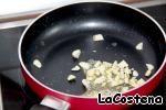 На сковороде обжарить чеснок в сливочном масле.