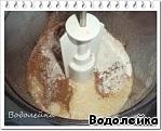 Я использую стакан от ХП объемом 230 мл.   Добавляем муку, какао-порошок и разрыхлитель. Хорошо перемешиваем до однородной массы. Тесто - как сметана средней густоты.