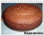 Дать бисквиту остыть и порезать его на произвольные кусочки (квадратики) - около 2 см толщиной. Можно сначала разрезать его пополам. И порезать отдельно каждую часть.