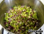 In a pot, where the remaining bacon grease, add 1 tablespoon of vegetable oil, put chopped onion, celery and garlic. Cook on medium heat for about 7 minutes. Vegetables should be slightly Golden.