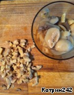 Cut the mushrooms into small pieces. If the mushrooms are fresh, then they should fry in 1-2 tbsp oil for 3-4 minutes.