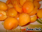Break the apricots in half, remove the seeds, place in a bowl. Add the sugar and vinegar, stir. Let stand, zamarinuetsya, while we do all the rest.