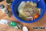 Добавить в картофель лук, бекон, специи (соль, перец, майоран, молотый тмин или кумин) и яйцо. Хорошенько перемешать.    После этого я сцедила выделившуюся жидкость и слегка отжала. Её было немного, поскольку картофель был крупно натёрт на тёрке.