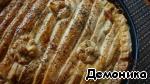 Готовому пирогу дать остыть в форме минут 15-20 минут, это даст возможность ему загустеть.   На порционные тарелки соус выкладывается ложкой, а рядом или сверху кладутся полоски теста. Впрочем, в остывшем виде пирог практически держит форму.   Приятного аппетита вам и вашей семье!
