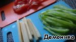 Тонкими полосочками порежем остальные ингредиенты: помидор, сыр и болгарский перец.   В принципе, тут может быть и лук колечками, и грибы, и капуста... - что хотите! Я выбрала из овощей то, что посочнее.