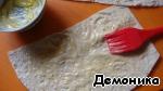 Смазываем кусочки лаваша с одной стороны мягким сливочным маслом.