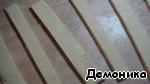 Слоёное тесто порезать полосками 1,5-2 см шириной.