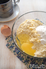 Муку и сливочное масло из холодильника, нарезанное кусочками, порубить в крошку ножом.   Добавить сахарную пудру, разрыхлитель и куриное яйцо и замесить...