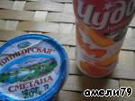 Берем сметану и йогурт.   Сметану перемешать с содой.