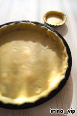 Раскатать тесто между двумя кусками пищевой плёнки, выстелить тестом форму, предварительно смазанную маслом, и убрать её на час в холодильник.    Я выпекала пирог в форме для тарта с низкими бортиками, диаметром 26 см.