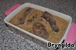 Печень выложить в соус и прогреть 3-5 минут. Можете это сделать на сковороде, а я воспользовалась горячей духовкой.