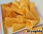 Fry waffles. After frying it is necessary to turn the wafer into a cone so that the holes on the thin edge was not, or that she was a little girl. Your unit for frying waffles I would not risk to show to the respected audience, as it is very old, but working properly, and throw it out the hand is not raised.