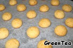 Ready biscuits leave to cool for a few minutes.