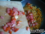 Tomatoes cut into cubes, add to the pan the onions and carrots and fry until the tomato pieces become soft.