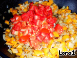 Vegetables wash, cut arbitrarily.   Fry the onions, carrots, chopped tomatoes and a little put out.