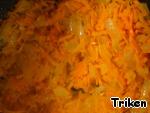 Лук обжарьте до прозрачности на перекаленном масле, добавьте морковь и еще обжарьте.
