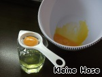 Яйца разделить на желтки и белки.