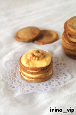 To connect biscuits with cream, decorate to your taste.  After spending the night in close quarters with cream, cookies lose their crispness, and offer some new taste...  Me, daughter and friend this dessert very much, I can say without exaggeration.