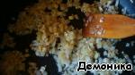 На сковороде обжарим в половине масла до золотистого состояния мелкопорезанные лук и чеснок.