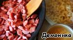 А пока подготовим оставшиеся продукты:   - на оставшемся масле обжарим сосиски;   - откроем фасоль;   - отварим в подсоленной воде макаронные изделия (лучше самые маленькие).