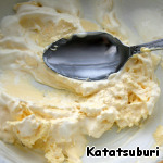 Let us start to test. It is cooked just mash the margarine with two tablespoons of sour cream,