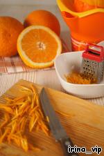 С двух апельсинов мелкой тёркой снять цедру.   С третьего апельсина снять цедру ножом и порезать её способом, в просвещённых кругах известным как жюльен. В просторечии - тонкая соломка.   Добыть апельсиновый сок любым удобным для вас способом. Его потребуется 200 мл.
