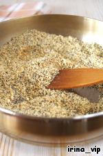 Молотый миндаль и мак обжарить, помешивая, на сухой сковороде при средней температуре до золотистого цвета. Не допускайте подгорания, обоняние нам в помощь!