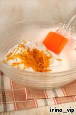 В миске смешать просеянные муку и сахарную пудру, добавить цедру двух апельсинов.