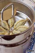 It is advisable to boil the dumplings immediately, especially if the filling turned out quite moist, otherwise the dumplings will get soggy. Lay the dumplings should be on the oiled grid of a double boiler or throw into boiling water and boil until tender. I cooked in the steamer, at the same time tested the prize, which was won by Pillsbury this spring.