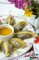 Serve dumplings is necessary on a large plate, watering melted butter and honey. Savory!