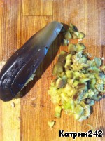"""Aubergines wash, remove the tail, pierce in several places and bake in the microwave (3-4 minutes at 900"""") or in the oven (at 220"""", from time to time turning it). To get and put under the press, that the bitterness left (I set another plate, on which put a jar of water) for 15 minutes.  Eggplant remove skin and cut into small cubes."""