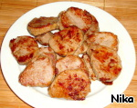 Pork tenderloin sliced into medallions (pork I not discourage) and slightly about 10 minutes to fry on both sides in the same pan, adding a little oil.