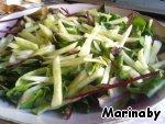 На листья салата выкладываем огурцы.