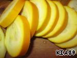 Cut the zucchini circles. If the zucchini are wide, cut them in half.