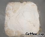 """Добавьте яичный желток, растопленное сливочное масло (100г.), муку и соль, и замесите тесто. (Я делала в хлебопечке - режим """"тесто""""). Положите тесто в большую, смазанную жиром миску, затем накрыть крышкой и поставить в теплое место. Дайте подняться в два раза (примерно 1 час). Кто месит в хлебопечке, перекладывать не нужно."""