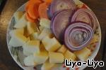 Картофель, морковь и лук очистить. Порезать кружочками (кольцами) лук и морковь, а картофель кубиками.