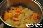 Добавить овощи к мясу и тушить около 40 мин. По вкусу солим, перчим. Когда мясо и овощи протушатся мясо вынуть и не дать ему остыть. Из овощей и небольшого количества бульона сделать пюре.