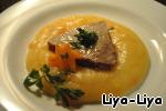 На блюдо выложить овощное пюре, сверху ломти мяса, полить все сливочным маслом и посыпать петрушкой. Подавать горячим. Всем приятного аппетита!