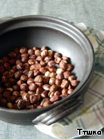 Пока тесто охлаждается, займемся приготовлением начинки.   Фундук обжарить в сковороде или в разогретой до 180 градусов духовке.