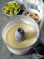 В чашу блендера поместить сливки, сахар и яйца, хорошо взбить, постепенно добавить муку , продолжать взбивать до однородности. Если у вас нет блендера, все можно сделать с помощью венчика.