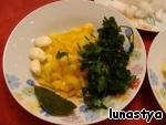 Кидаем в бульон мелко нарезанный болгарский перец (у меня был желтый – получается красиво), выдавленный чеснок, зелень и лавровый лист. Варить еще 10 мин.