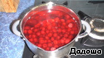 Meanwhile, in another bowl, boil the cherry syrup. Cherry cover with cold water, bring to boil, add sugar, again bring to a boil and remove from heat.