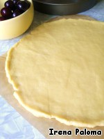 Butter room temperature (100 g) RUB with powdered sugar (1/3 Cup) and 1 tsp of vanilla sugar, add yolk and mix well with a fork, then gradually add the flour and knead the dough. Roll the dough to a thickness of about 0.7 cm (convenient to do it directly on the baking paper and covered with cling film).