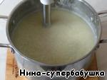 Перелить суп в блендер и хорошо взбить до однородного состояния, или использовать погружной блендер, посолить и поперчить. Вернуть суп обратно в кастрюлю.